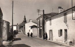 Triaize : La Rue Principale ; Au Fond, L'église (cpsm) - France