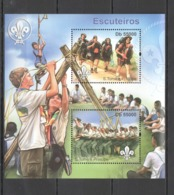 BC928 2011 S. TOME E PRINCIPE FAUNA SCOUTING ESCUTERIOS 1BL MNH - Scoutisme