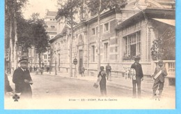Vieux Métiers-Marchands Ambulants-+/-1900-Vendeur De Journaux(le Petit Journal)et De Cartes-Postales à Vichy (Casino) - Street Merchants