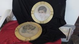2 Encadrements Ronds Anciens En Bois Doré, Stuc, Pastel Portrait D'enfants- - Pastelli