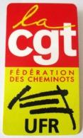 BADGE LA CGT FEDERATION DES CHEMINOTS UFR SNCF SOCIETE NATIONALE DES CHEMINS DE FER TRAIN GARE - Organizations