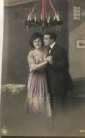 (1236) Een Verliefd Koppeltje Onder De Adventskrans - Couples
