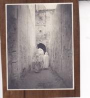 MAROC SALE Près De RABAT Femmes Voilées Ambiance De Rue Septembre 1921 Photo Amateur Format Environ 6,5 Cm X 4,5 Cm - Luoghi