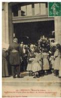 Bordeaux: Hôpital Des Enfants, Des Fillettes Offrent Des Fleurs à M Fallières (sept. 1910, Gros Plan - Bordeaux