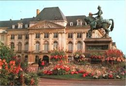CPM 45 (Loiret) Orléans - Statue De Jeanne D'Arc Par Foyatier Très Fleurie, TBE Place Du Martroi Et Chambre De Commerce - Orleans