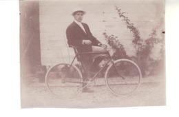 Petite Photo  D'amateur  11 Cm  X 8 Cm 4  -  Homme Et Son Vélo. - Ciclismo