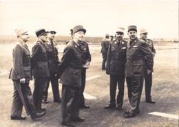 VALENCE CHABEUIL  TARMAC DE L'AEROPORT NOV 1968   FORMAT 16 X 22  INSPECTION DES GENERAUX  ET CDTS DE L'ARMEE VOIR VERSO - Zonder Classificatie