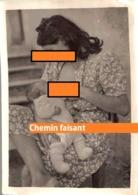 """Photographie Originale D'une Femme Allaitant Un Enfant Légendée """"YVETTE BRISSET"""",  - Scans Recto-verso - Personnes Identifiées"""