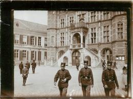 PHOTO ORIGINALE SOLDATS SUR UNE PLACE SEMBLE T'IL EN ALLEMANGNE 12 X 8.50 CM - Guerre, Militaire