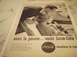 ANCIENNE PUBLICITE VOICI LA PAUSE  COCA COLA 1961 - Posters