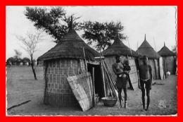 CPSM/pf  Guinée Française.   Cases Coniaguis, Animé, Femme Aux Seins Nus Avec Son Bébé...C247 - Guinée Française