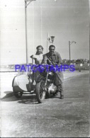 121408 ARGENTINA MAR DEL PLATA REAL PHOTO MAN & GIRL WITH MOTO MOTORCYCLE C/ SIDECAR DAMAGED NO POSTAL POSTCARD - Motorräder