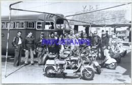 121409 ARGENTINA REAL PHOTO PEOPLE MOTO MOTORCYCLE & BUS DAMAGED NO POSTAL POSTCARD - Motorbikes