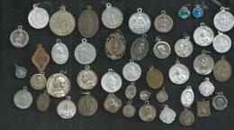 Lot De 45 Médailles Religieuse; Saint Christophe,vierge,autres; - Religion & Esotérisme