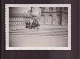PHOTO DE PERSONNES DEVANT LE CHATEAU DE VERSAILLES EN 1936 / 9 X 6 CM - Persone Anonimi