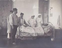 Photographie Anonyme Vintage Snapshot Hôpital Blessé Lit Bed Infirmière Nurse - Beroepen
