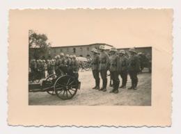 WWII  FOTO 9 X 6 CM - DUITSE SOLDATEN MET LICHT KANON - ( J-G) KOMP.INF.- REGT.11  ZIE 2 SCANS - Guerre 1939-45