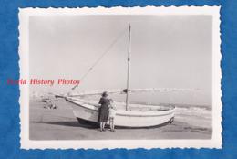 Photo Ancienne Snapshot - SAINTES MARIES DE LA MER - Portrait Sur La Plage - 1952 - Bateau à Identifier - Boat Ship - Bateaux