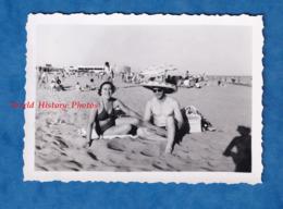 Photo Ancienne Snapshot - SAINTES MARIES DE LA MER - Portrait Couple La Plage - 1952 - Femme Homme Torse Nu - Bateaux