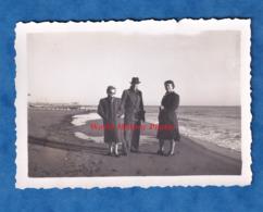 Photo Ancienne Snapshot - SAINTES MARIES DE LA MER - Portrait D' Hiver à La Plage - Noël 1952 - Homme Femme - Bateaux