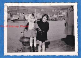 Photo Ancienne Snapshot - Port à Situer - Beau Portrait D' Enfant Sur Un Quai - Bateau Boat Fille Bitte D'amarrage - Bateaux