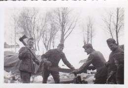 Foto Gruppe Deutsche Soldaten Beim Holzhacken Im Winter - Februar 1942 - 8,5*5,5cm (44026) - Krieg, Militär