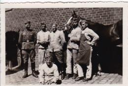 Foto Deutsche Soldaten Mit Pferden - 2. WK - 8,5*5,5cm (44028) - Krieg, Militär