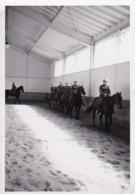 Foto Deutsche Soldaten Bei Reitausbildung - 2. WK - 8*5,5cm (44030) - Krieg, Militär
