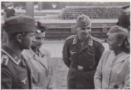 Foto 2 Deutsche Soldaten Mit Frauen - Luftwaffe - 2. WK - 8*5,5cm (44033) - Krieg, Militär