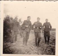 Foto 4 Deutsche Soldaten Im Gelände - 2. WK - 5*5cm (44040) - Krieg, Militär