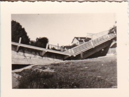 Foto Deutscher Soldat Vor Zerstörter Brücke - 2. WK - 5,5*4cm (44041) - Krieg, Militär