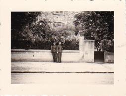 Foto 2 Deutsche Soldaten Mit Kleinen Kindern - 2. WK - 5,5*4cm (44042) - Krieg, Militär