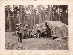 Foto Deutsche Soldaten In Waldlager - Zelt Gewehr Sanitätswagen - 2. WK - 5,5*4cm (44043) - Krieg, Militär