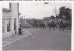 Foto Deutsche Soldaten Zu Pferd Bei Ritt Durch Zerstörten Ort - 2. WK - 8,5*5,5cm (44047) - Krieg, Militär