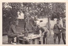 Foto Deutsche Soldaten Mit Werkzeug - Fleischer - Humor - 2. WK - 8*5,5cm (44051) - Krieg, Militär