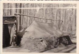 Foto Zelt Und Unterstand Im Wald - Eisernes Kreuz - Hakenkreuz - 2. WK - 8*5,5cm (44052) - Krieg, Militär