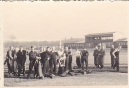Foto Deutsche Soldaten Beim Sport - Sportplatz - 2. WK - 8*5,5cm (44055) - Krieg, Militär