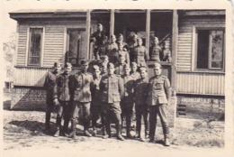 Foto Gruppe Deutsche Soldaten Vor Holzhaus - 2. WK - 8,5*5,5cm (44056) - Krieg, Militär