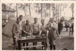Foto Deutsche Soldaten Beim Kochen - 2. WK - 8*5cm (44058) - Krieg, Militär