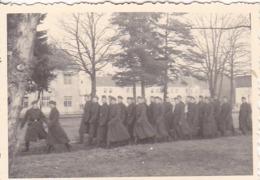 Foto Formation Deutsche Soldaten In Langen Mänteln - 2. WK - 8*5,5cm (44059) - Krieg, Militär