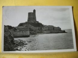 50 7349 CPSM PM 1953 - 50 SAINT VAAST LA HOUGUE. LE FORT DE LA HOUGUE A MAREE HAUTE. EDIT. LE GOUBEY N° 52-868 - Saint Vaast La Hougue