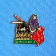 1 PIN'S //  ** FÉRIA / NIMES '92 / TORO MATADOR & L'ARÈNE ** . (ATLANTI'S) - Tauromachie - Corrida