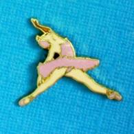 1 PIN'S //  ** DANSEUSE ÉTOILE / FIGURES UNE ARABESQUE ** . (©TABLO) - Badges