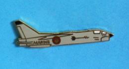 1 PIN'S //  ** F-8E CRUSADER / SUR PORTE-AVIONS / MARINE NATIONALE FRANÇAISE ** - Militaria