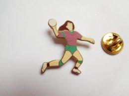 Superbe Pin's En EGF , Joueuse De Handball , Hand - Balonmano