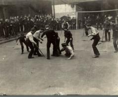 AT BARNARDS HOMES THE RIPPLE BOYS AT FOOTBALL 12*10CM Fonds Victor FORBIN 1864-1947 - Deportes
