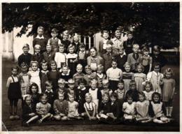 Grande Photo Originale Scolaire - Photo De Classe Mixte En Allemagne Vers 1930/40 - Maîtresse Au Centre ! - Personnes Anonymes