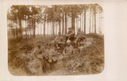 CARTE PHOTO ALLEMANDE GUERRE 14-18 SOLDATS ALLEMANDS ET CASQUE ALLEMAND - War 1914-18