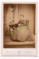 GRAND CDV XIX SIECLE - DE PLACIDE VERDOT - CHATEAUROUX 1827-1899 - JEUNE DAME DE LA BOURGEOISIE - Personnes Anonymes