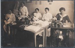 Carte Photo , Infirmières De La Croix Rouge , Cousant Et Préparant Draps Et Couvertures , Machine à Coudre , Animée - France